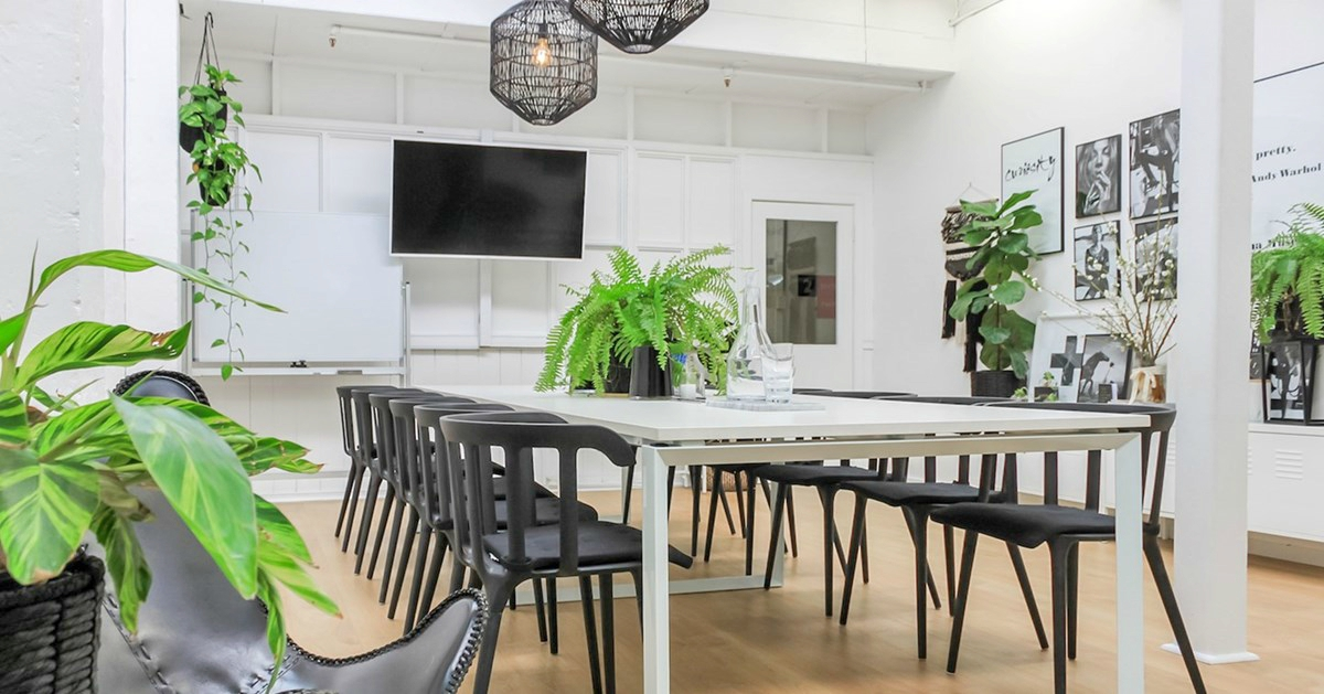 14 person meeting room